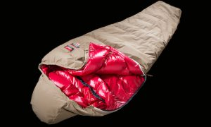 焚き火端で眠れ。グランストリーム×ナンガから難燃素材の寝袋「焚き火繭365」登場!