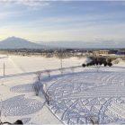 青森県・田舎館村の雪に覆われた田んぼに、足だけで描いたスノーアートがスゴすぎる!!