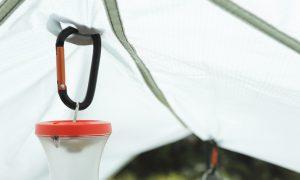 タープを引き、ライトを吊るし、バックパックに荷物をくくりつける万能支点=「パックタック」