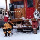 【海外】古い消防車を改造。冬を目一杯楽しんだ、プロスノーボーダーのキャンピングカーライフ