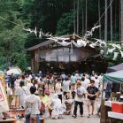 新宿22時40分発の終電で秘境へ。オールナイトのキャンプインフェスがそこで開催されている。